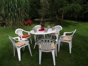 Plastikstühle mit Tisch